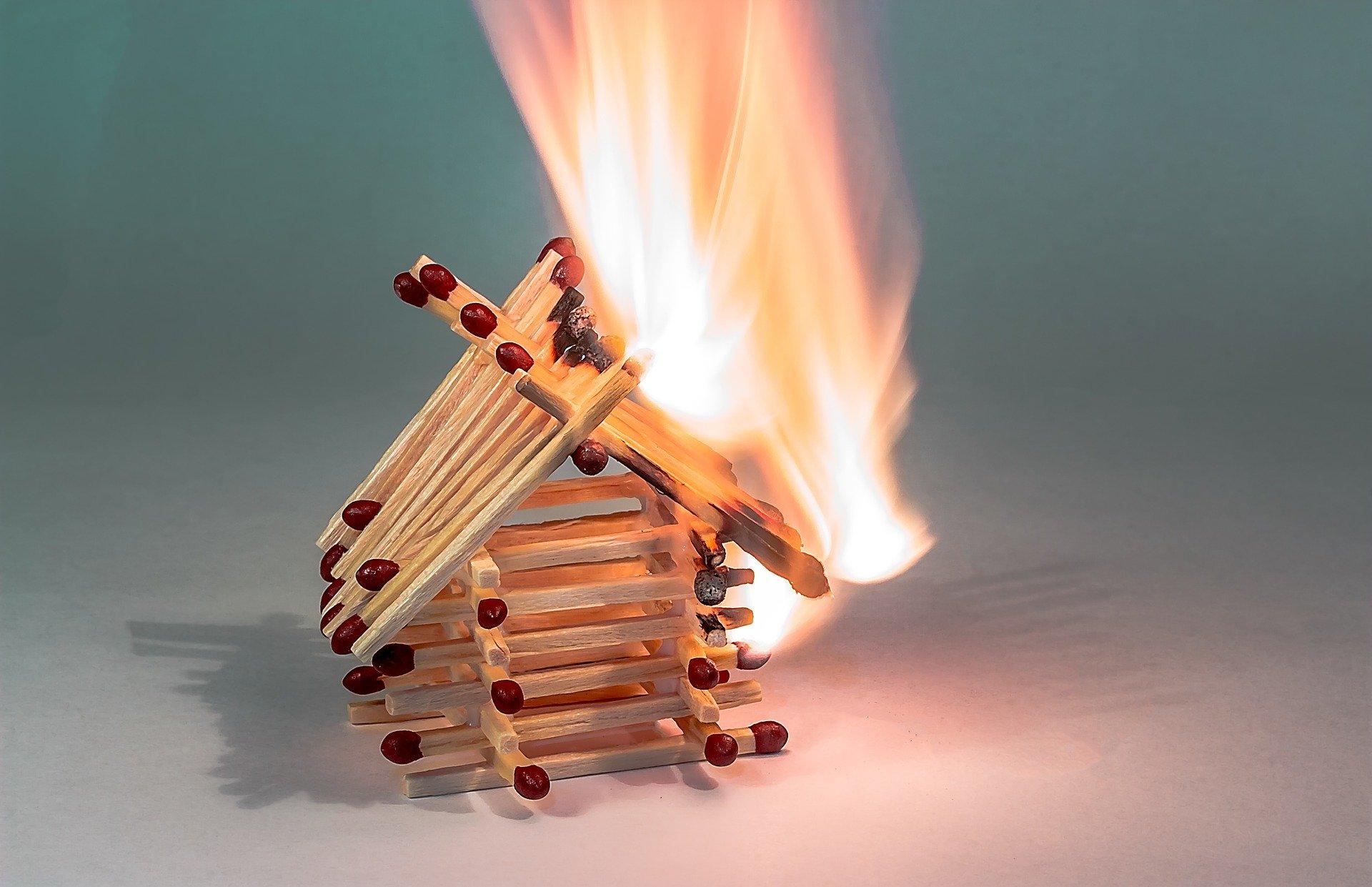Cyber-Versicherung - für wenn es brennt in der IT. Foto: Myriam Zilles via Pixabay