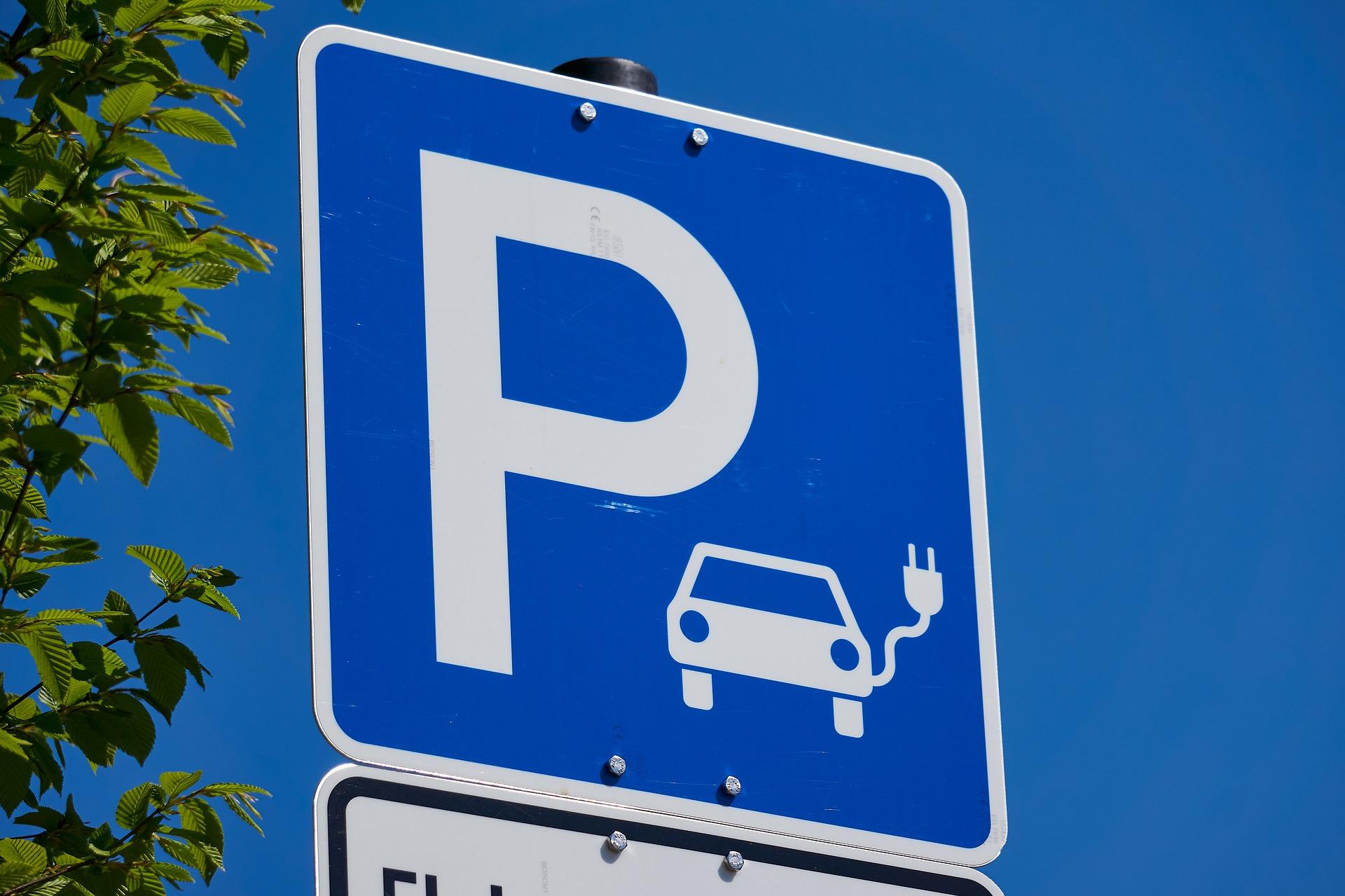 E-Auto braucht spezielle Kfz-Versicherung. Symbolbild: Markus Distelrath via Pixabay